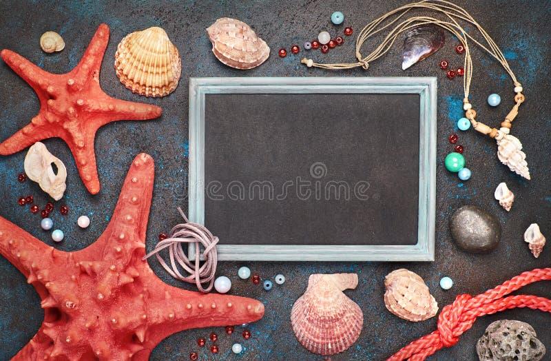 Leere Tafel mit Seeoberteilen, Seil und Stern fischen auf dunklem BAC lizenzfreie stockfotos