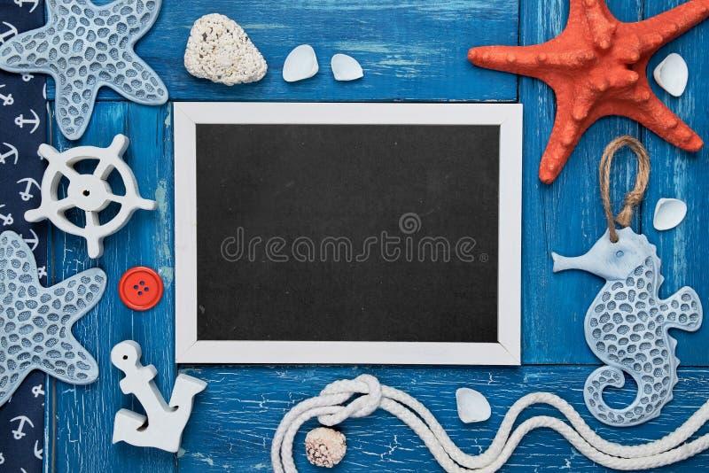 Leere Tafel mit Seeoberteilen, Steine, Seil und Stern fischen an lizenzfreie stockfotos