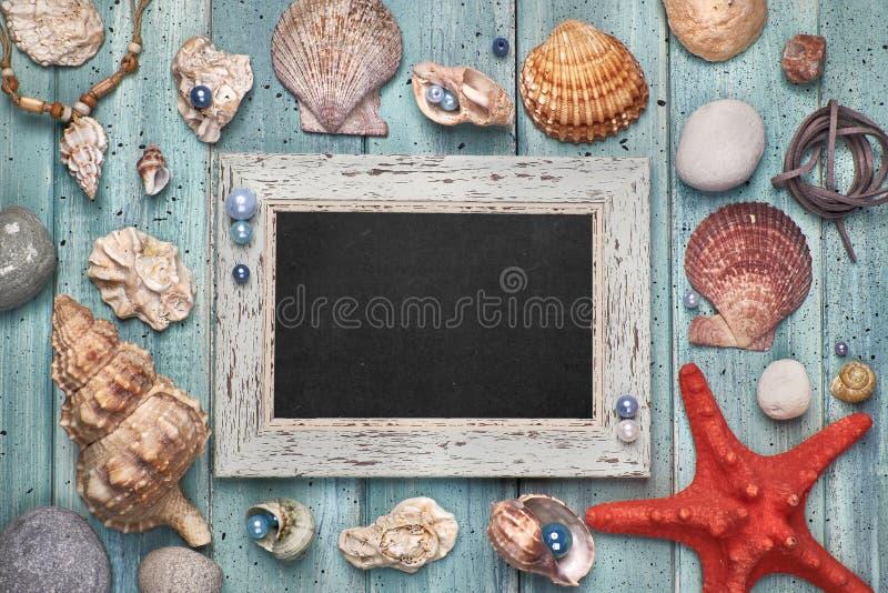 Leere Tafel mit Seeoberteilen, Steine, Seil und Stern fischen an stockbild