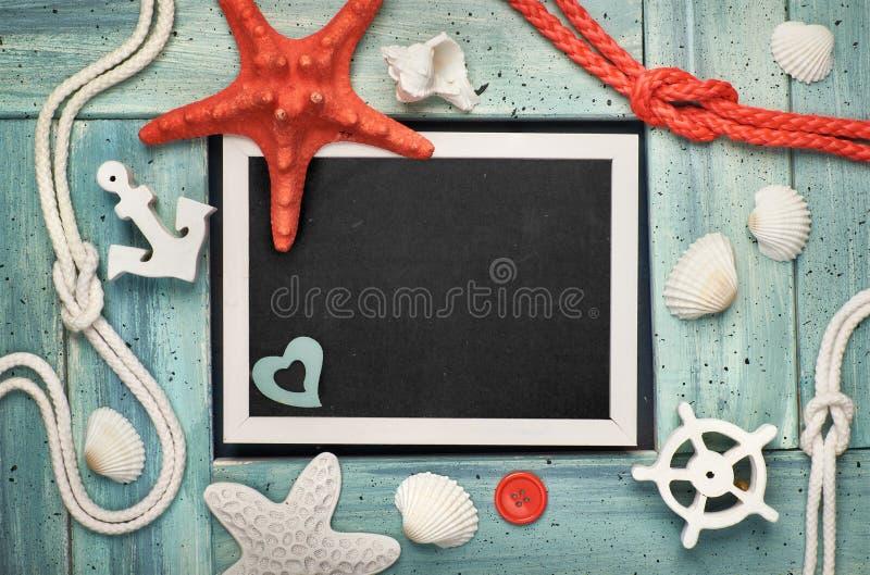 Leere Tafel mit Seeoberteilen, Steine, Seil und Stern fischen an stockfoto