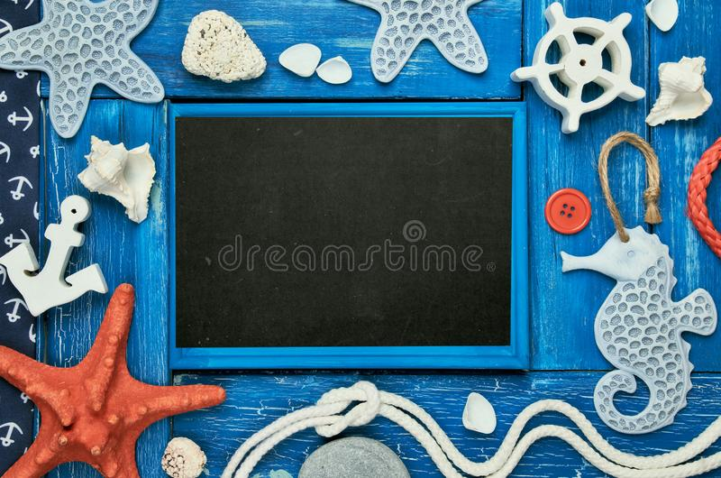 Leere Tafel mit Seeoberteilen, Steine, Seil und Stern fischen an lizenzfreies stockbild