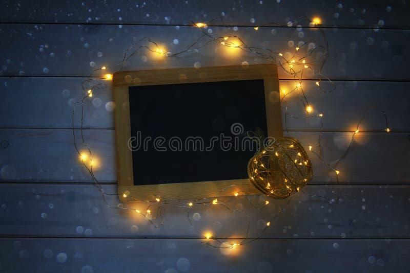 leere Tafel und dekorativer Goldapfel mit Lichtern lizenzfreies stockbild