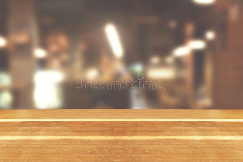 Leere Tischplatte des hölzernen Brettes an unscharfer Hintergrund lizenzfreie stockfotografie