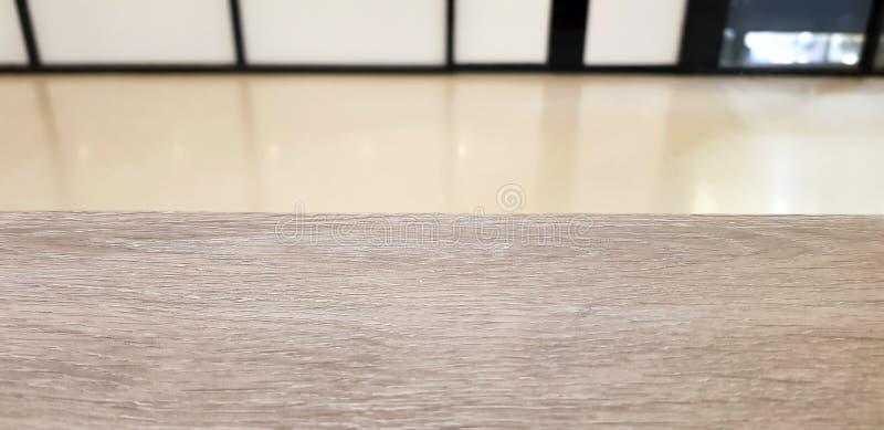 Leere Tischplatte des hölzernen Brettes an unscharfer Hintergrund Perspecti stockfotos
