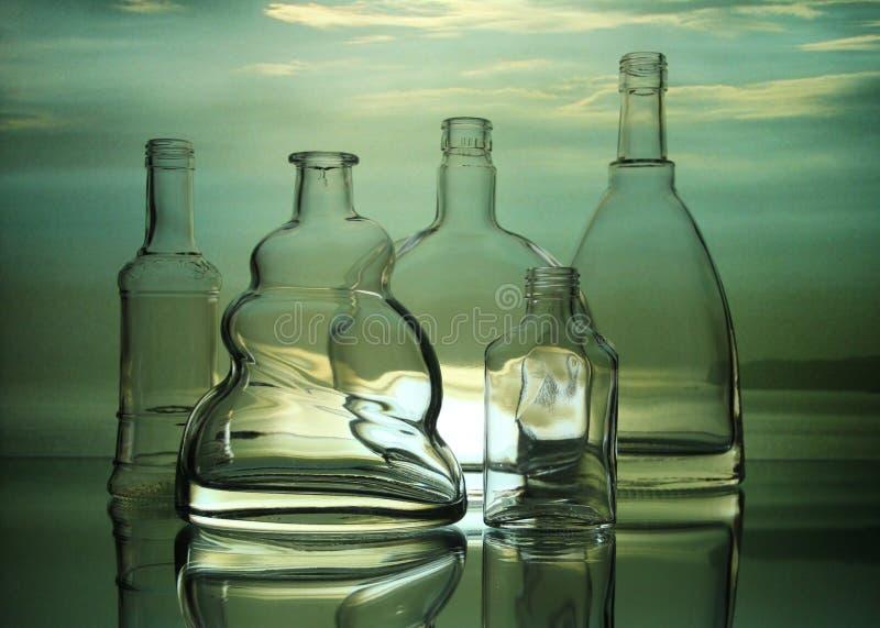 Leere transparente Glasflaschenformen stockbild