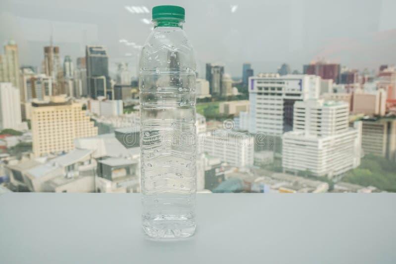 Leere transparente Plastikflasche für Wiederverwendung lizenzfreie stockfotografie