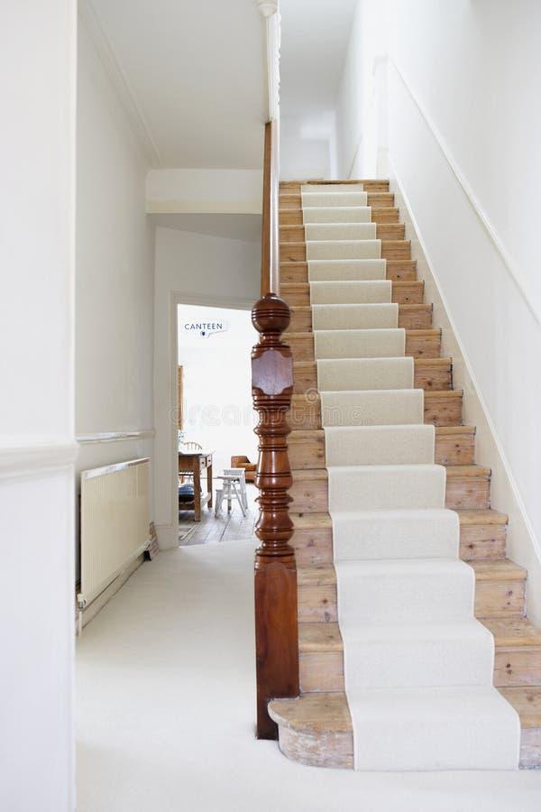 Leere Treppe auf einem modernen Duplexhaus stockfoto