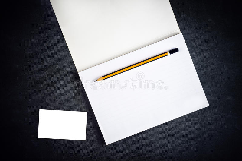Leere Unternehmensvisitenkarte und Notizbuch für das Einbrennen stockbilder