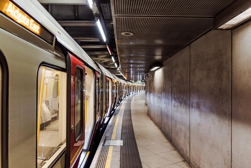 Leere Untertage-U-Bahn an Westminster-Bahnhof stockbild