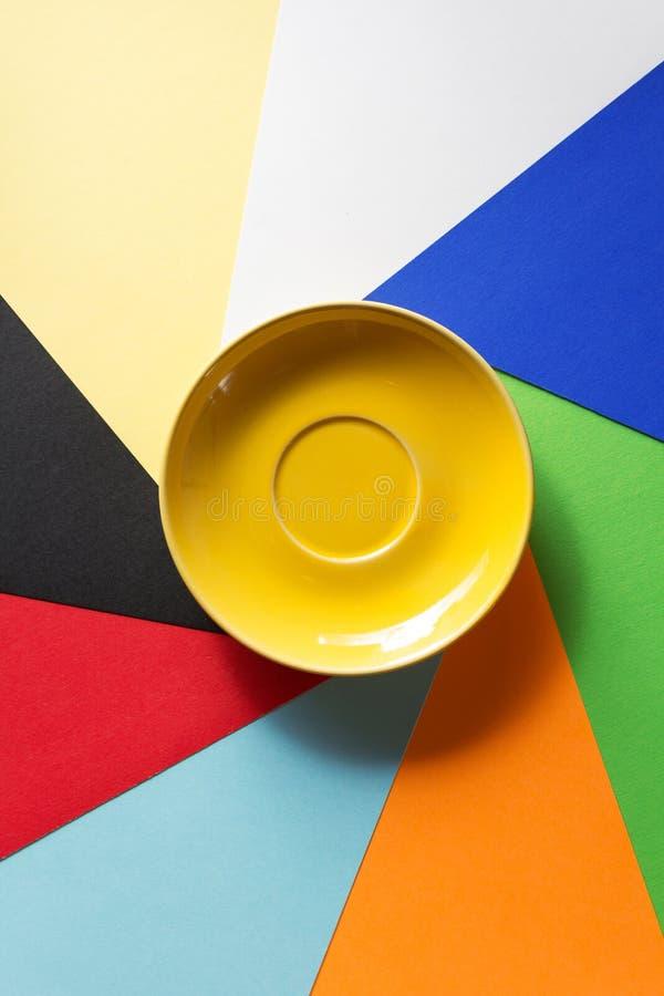 Leere Untertasse am abstrakten colorfu stockbilder