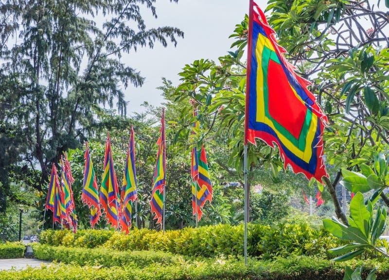 Leere veränderte Flaggen, die im Wind flattern stockbilder