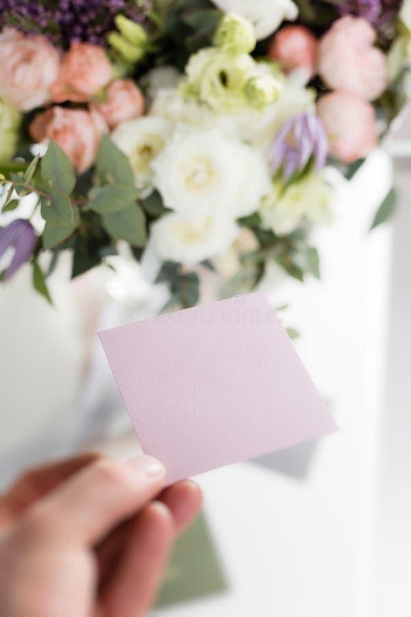 Leere Visitenkarten, Kopienraum Sonniger Frühlingsmorgen im Wohnzimmer Schöner Luxusblumenstrauß von Mischblumen herein stockbild
