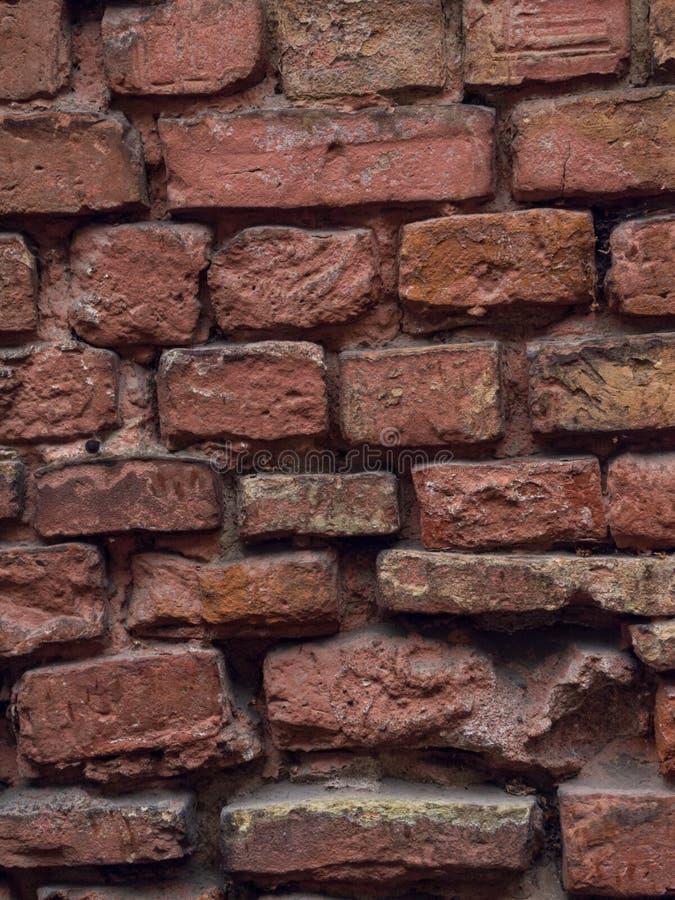 Leere Wand-Beschaffenheit des Weinlese-roten Backsteins Errichtende Fassade mit Kratzer-Schaden stockbilder