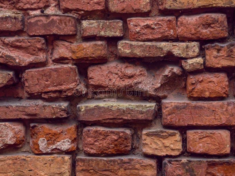 Leere Wand-Beschaffenheit des Weinlese-roten Backsteins Errichtende Fassade mit Kratzer-Schaden stockfotografie