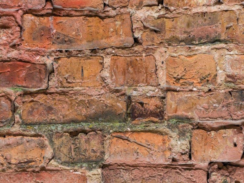 Leere Wand-Beschaffenheit des Weinlese-roten Backsteins Errichtende Fassade mit Kratzer-Schaden lizenzfreie stockfotografie