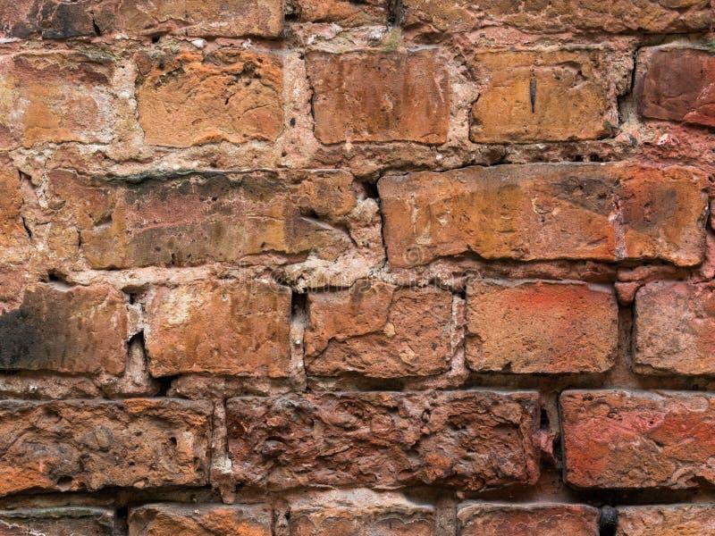 Leere Wand-Beschaffenheit des Weinlese-roten Backsteins Errichtende Fassade mit Kratzer-Schaden stockbild