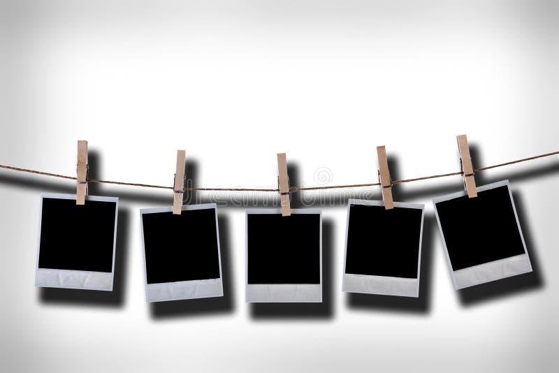 Leere wegwerfbare Fotofelder, die im Seil hängen lizenzfreie abbildung