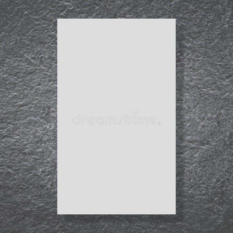 Leere weiße Anschlagtafel auf schwarzem Steinwal stockbild