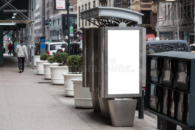 Leere weiße Anschlagtafeln auf der Telefonzelle mit zwei Öffentlichkeiten lizenzfreie stockfotografie