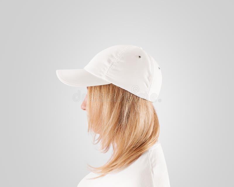 Leere weiße Baseballmütze-Modellschablone, Abnutzung auf Frauen gehen voran stockfotos