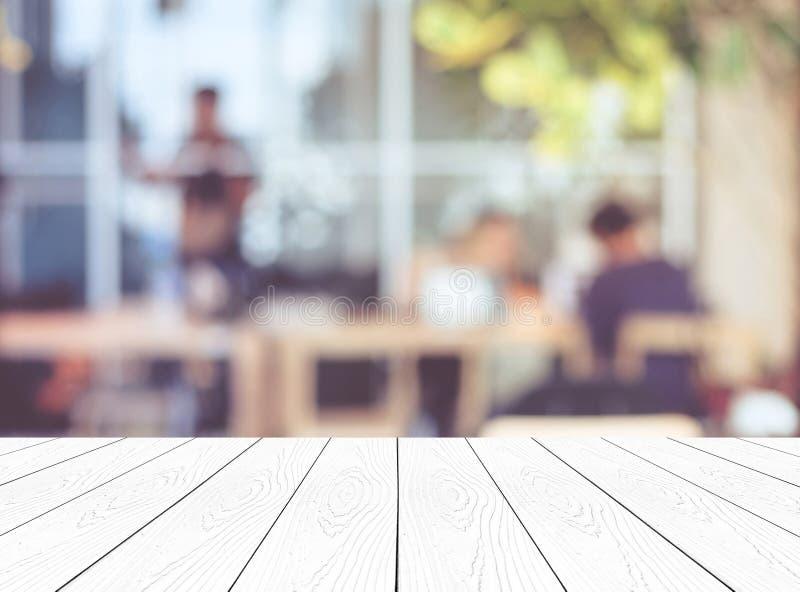 Leere weiße hölzerne Perspektive, Tischplatte, über Unschärfegruppe peopl lizenzfreie stockfotografie
