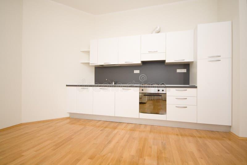 Leere weiße Küche lizenzfreie stockfotos