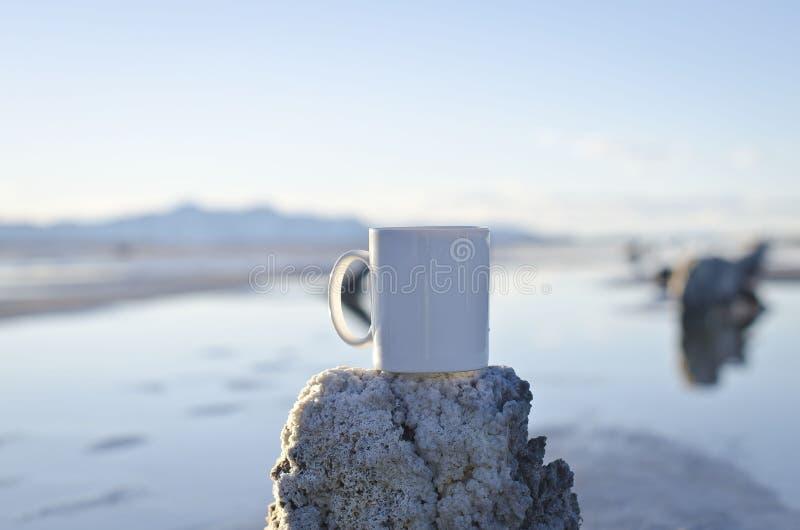 Leere weiße Kaffeetasse auf einem alten Piersumpfgebiet lizenzfreie stockfotos