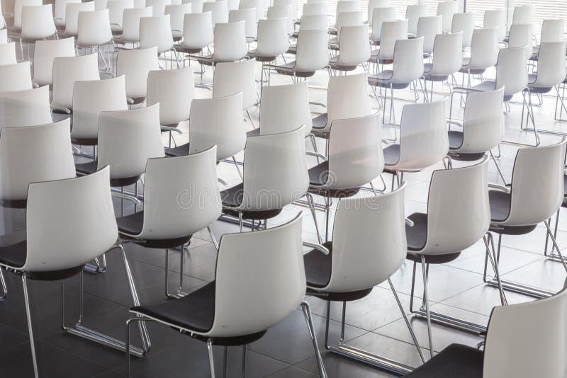 Leere weiße Stühle im zeitgenössischen Konferenzsaal mit stockfotografie