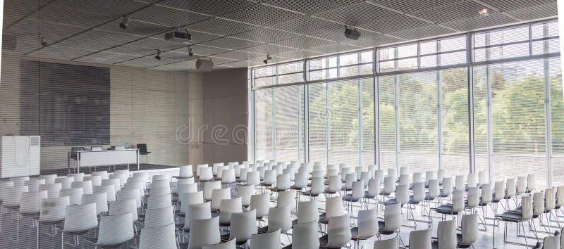 Leere weiße Stühle im zeitgenössischen Konferenzsaal mit stockfotos