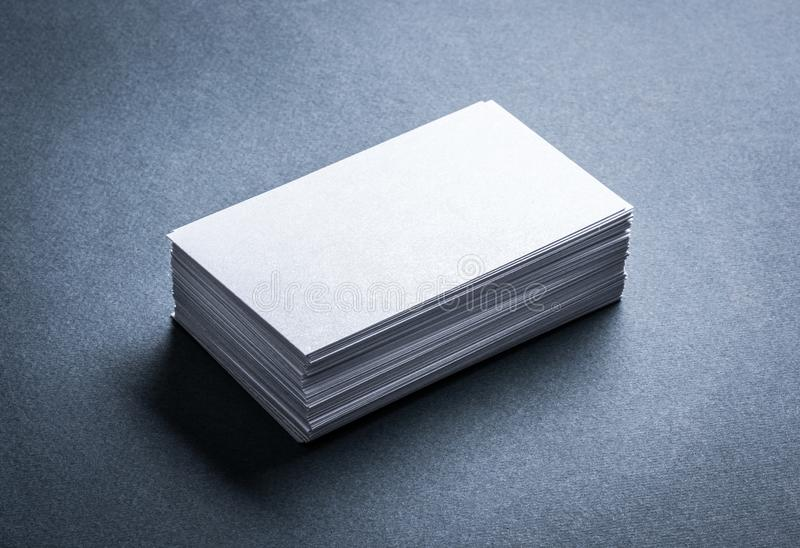 Leere weiße Visitenkarte auf grauem Hintergrund stockfotos