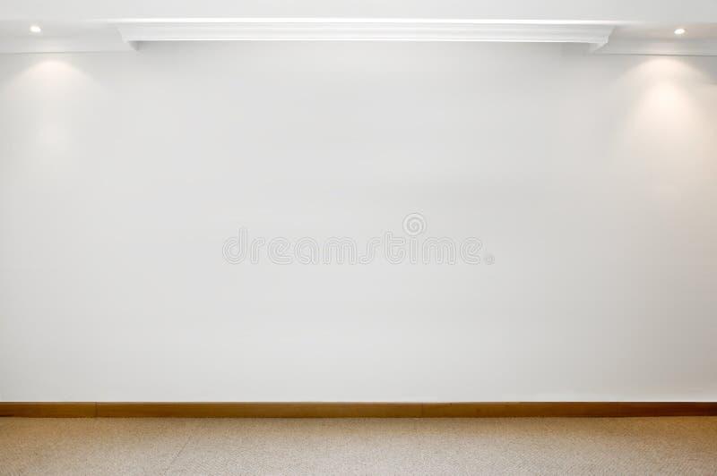 Leere weiße Wand mit mit Teppich geauslegtem Boden stockbilder