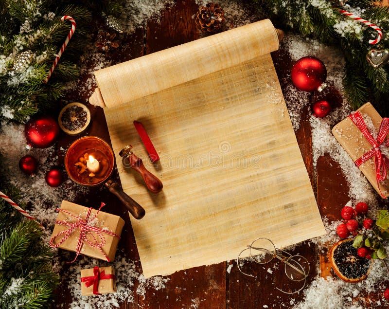 Leere Weihnachtsrolle umgab durch frisches Kiefernlaub und mit Dekorationen, Winterschnee und Wachssiegel in einem flachen gelegt stockfotografie