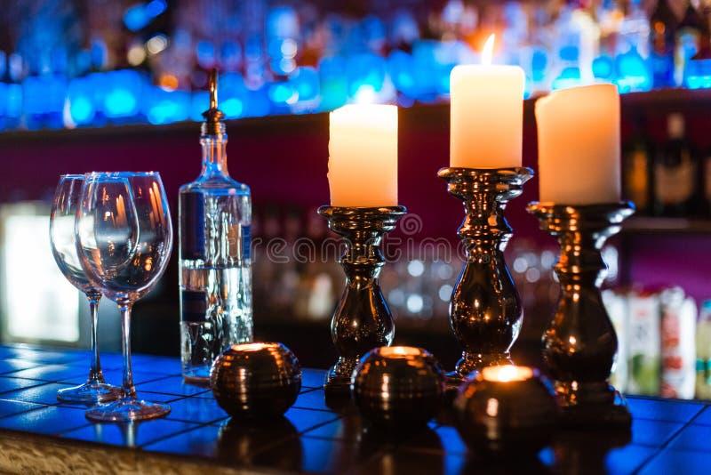 Leere Weingläser und -kerzen mit Beleuchtungslichthintergrund stockfotos