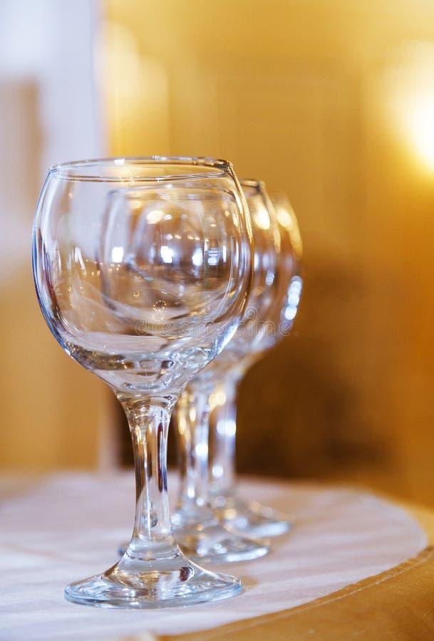 Leere Weingläser vereinbart in der Reihe stockfotos