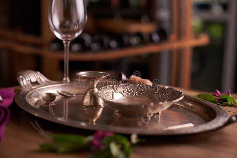 Leere Weinlesemetallteller auf einem Weinlesemetallbehälter auf einem hölzernen Hintergrund Rustikale Art Konzept für Restaurant, lizenzfreie stockfotografie
