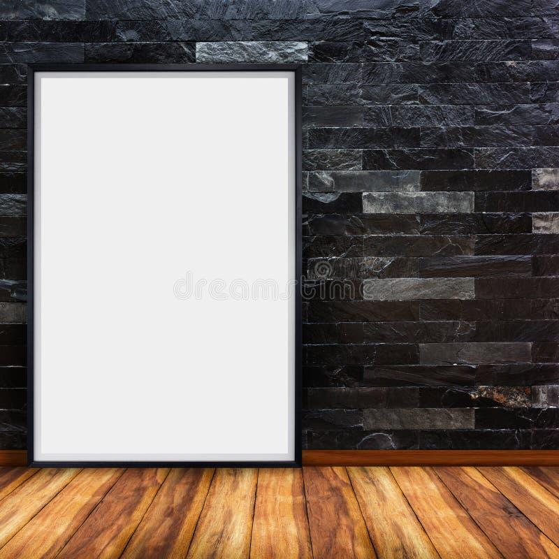 Leere Werbungsanschlagtafel auf Steinbacksteinmauer mit Holzfußbodenhintergrund stockfoto
