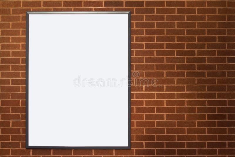 Leere Werbungsplakatanschlagtafel auf Backsteinmauer lizenzfreie stockbilder
