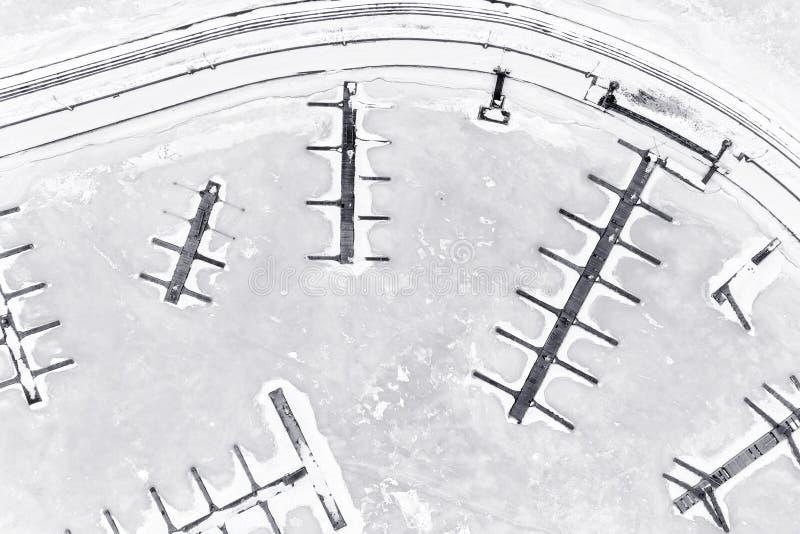 Leere Winterjachthafenvogelperspektive stockfoto