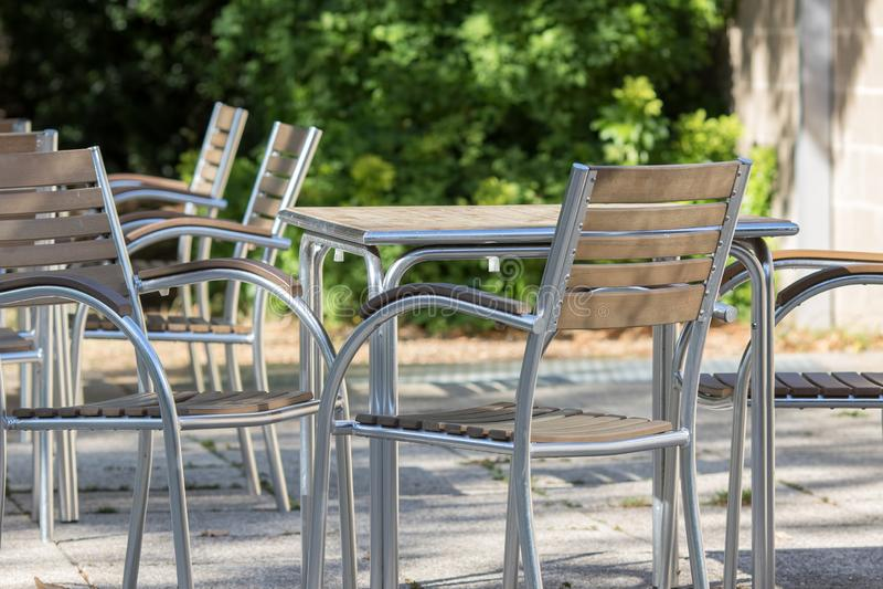 Leere zeitgenössische Tabellen und Stühle außerhalb eines Barrestaurants stockfoto