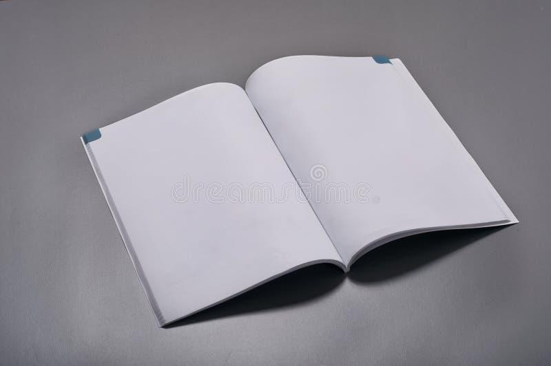 Leere Zeitschrift auf einem grauen Hintergrund stockfoto