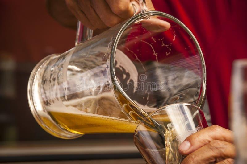 Leeren eines Pitchers Bieres lizenzfreie stockfotografie