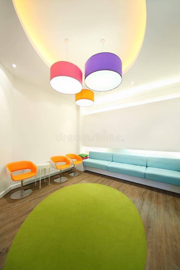 Leeren Sie beleuchteten Raum mit hellen Lehnsesseln stockfoto