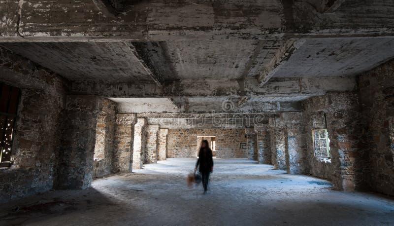 Leeren Sie das verlassene gruselige Raum Whit-Geistgehen lizenzfreie stockfotos
