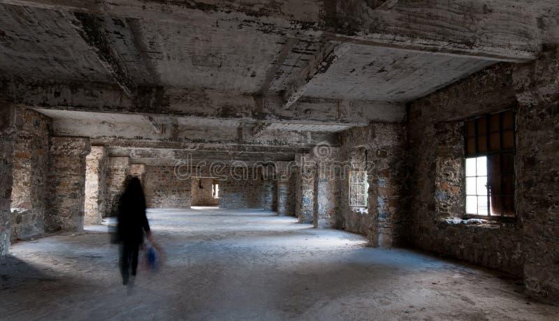 Leeren Sie das verlassene gruselige Raum Whit-Geistgehen stockfoto