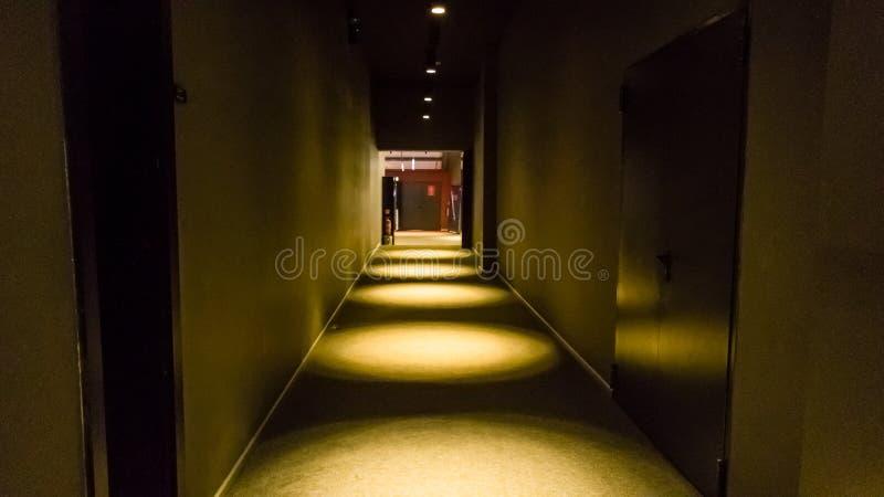 Leeren Sie dunklen Korridor im Wohngebäude in der Perspektivenansicht mit Kopienraum stockbilder