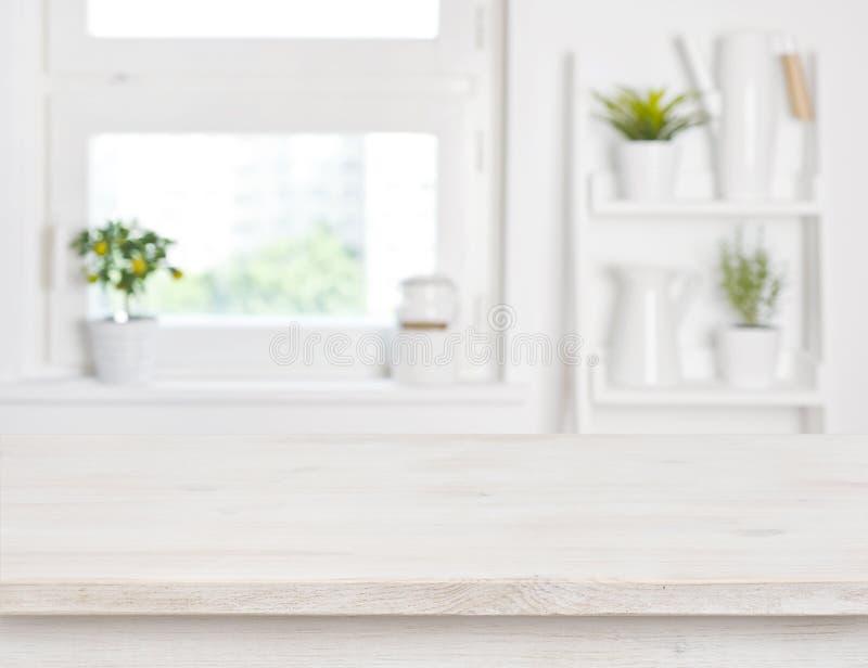 Leeren Sie gebleichten unscharfen Hintergrund des Holztischs und des Küchenfensters Regale stockfotos