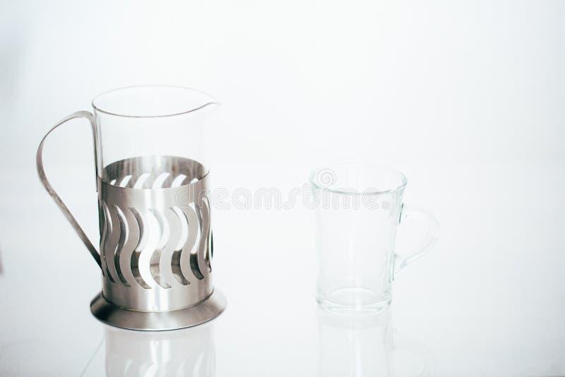 Leeren Sie Glasschale tee der transparenten Teekanne auf weißem Hintergrund lizenzfreie stockfotografie