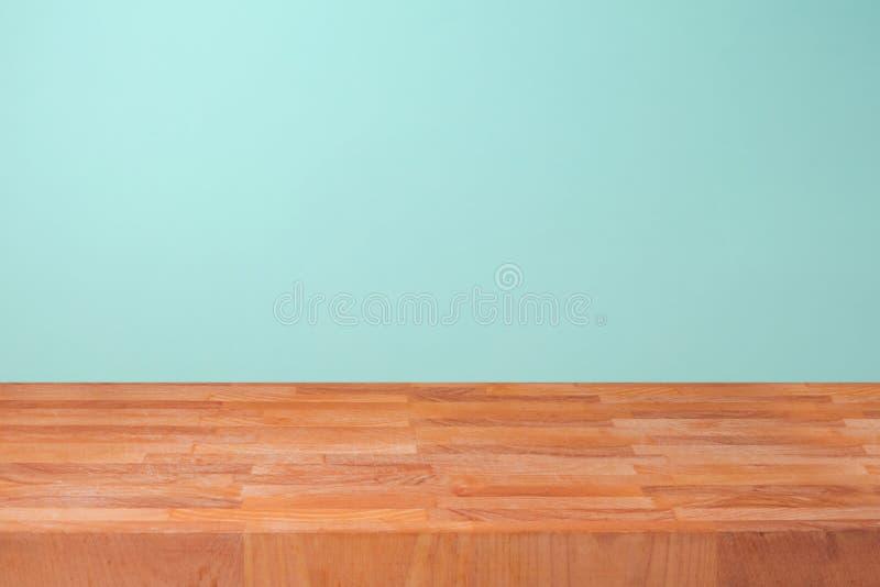 Leeren Sie hölzerne Küchenarbeitsplatte über tadellosem Wandhintergrund für Produktmontage stockfotos