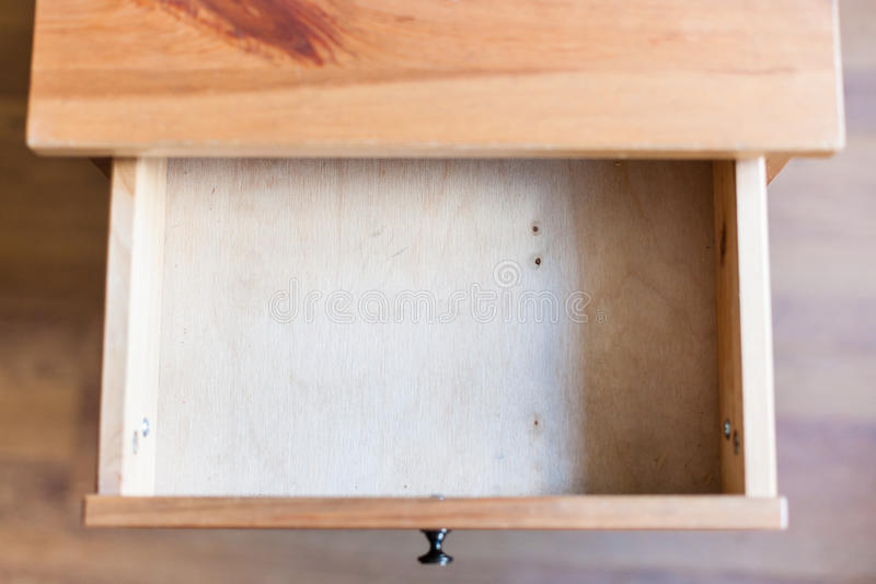 Leeren Sie offenes Fach des hölzernen nightstand lizenzfreie stockfotos