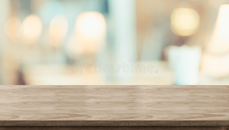 Leeren Sie rustikale hölzerne Tabelle und unscharfes weiches Leuchtpult im restaura stockfoto